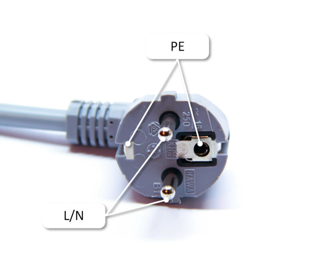 Ein Schuko-Stecker. Auch wenn dieser kurzzeitig bis zu 16 A übertragen darf, sind die Steckdosen und die Hausinstallation meistens nur auf eine Dauerlast von 8 A bis 10 A ausgelegt.