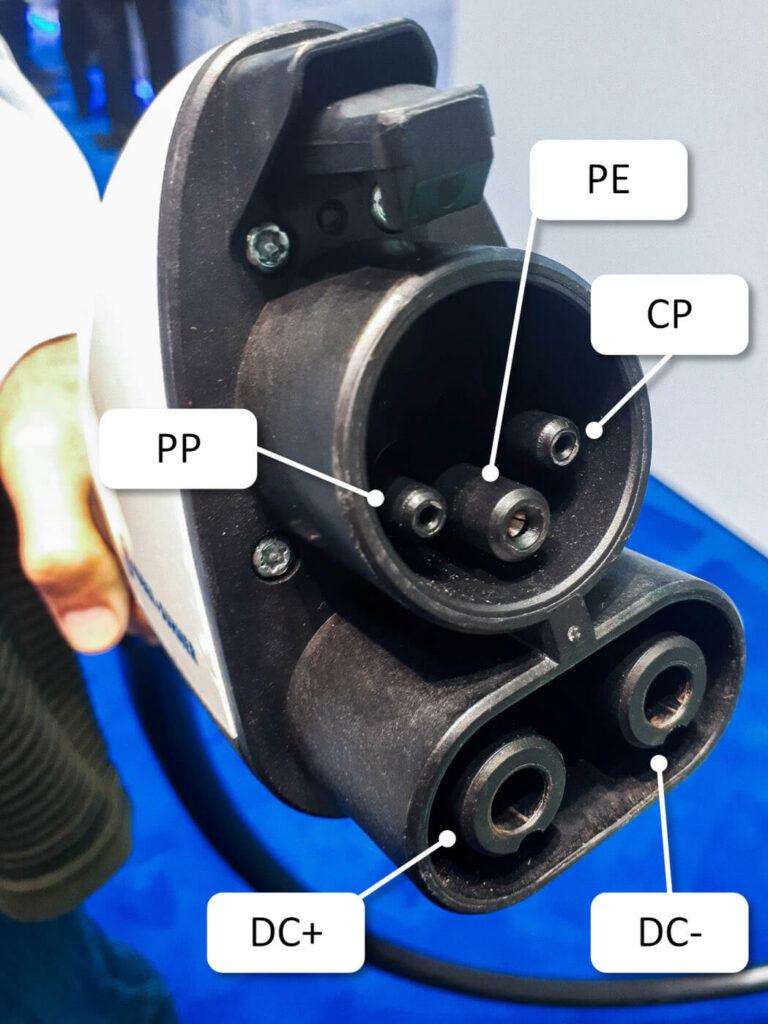 Der CCS1-Stecker wird in den USA oder in Korea für das Laden mit Gleichstrom eingesetzt. Hier haben die meisten Fahrzeuge einen Typ-1-Anschluss für die AC-Ladung, die so um die CCS-Kontakte erweitert wird.