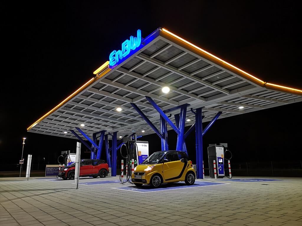 Ein moderner High-Power-Charger bietet Ladeleistungen von 300 bis 350 kW.