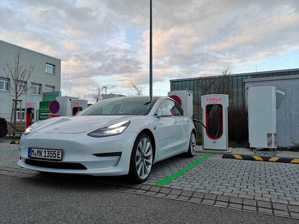 Tesla aufladen an HPC Supercharger