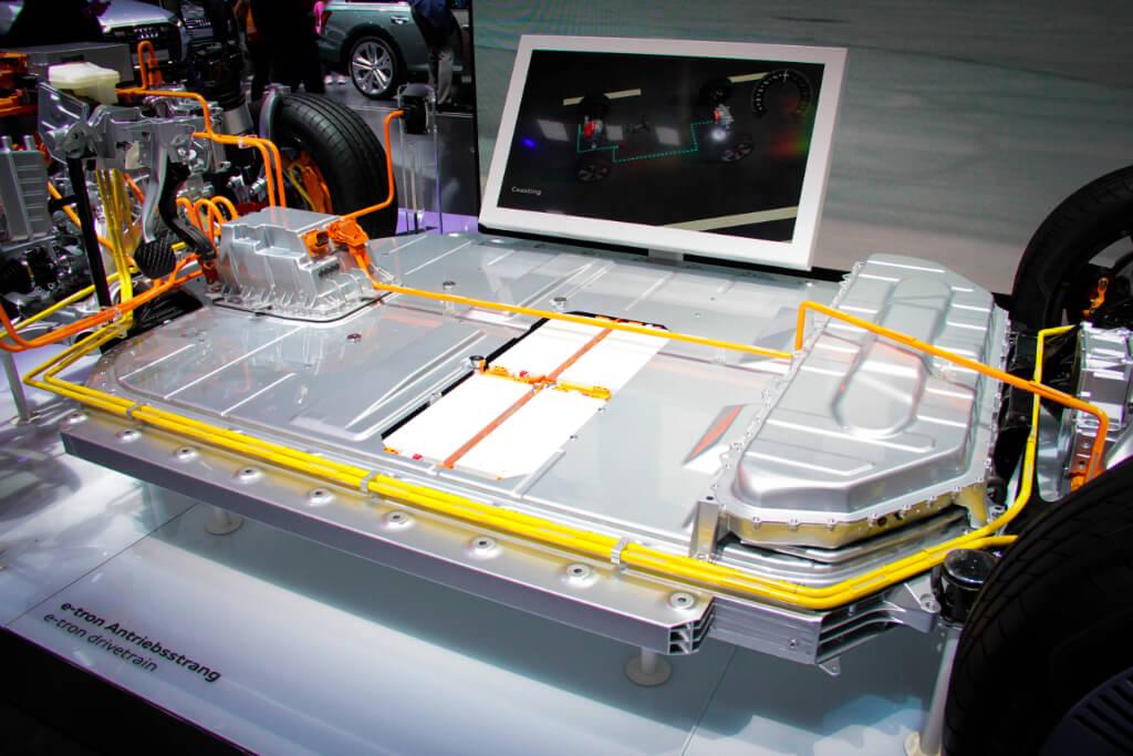 Energiespeicher eines Audi e-tron. Wie viel Energie in der Batterie gespeichert werden kann, wird in der Einheit Kilowattstunden (kWh) ausgedrückt.
